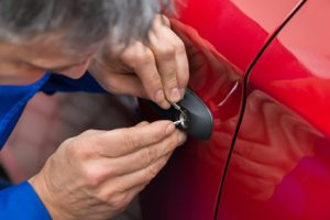 Monteur während Autoöffnung